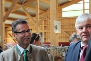 Landwirtschaftsminister Peter Hauk und Bundestagsabgeordneter Hermann Färber bei der Stallbesichtigung